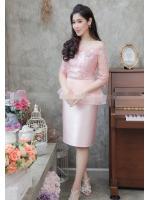 (Size M,L,XL) ชุดไปงานแต่งงาน ชุดไปงานแต่งสีชมพูเปิดไหล่ผ้าไหมเอวระบาย ดีเทลที่คอแต่งด้วยดอกไม้อย่างดีเป็นงานเย็บด้วยมือ และที่เอวแต่งระบายด้วยผ้าออแกนซา 2ชั้น