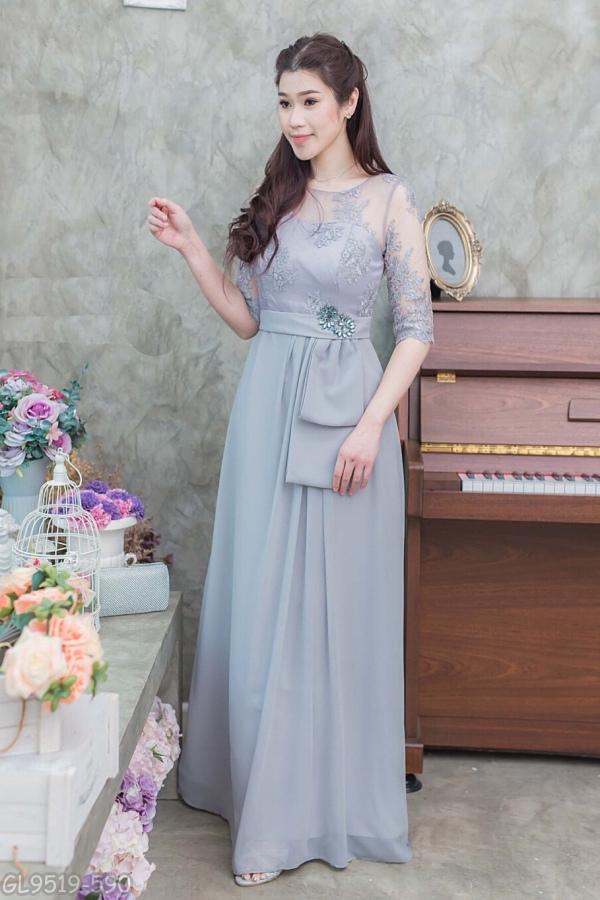 (Size L,XL,2XL,3XL) ชุดไปงานแต่งงาน ชุดไปงานแต่ง ชุดราตรียาวสีเทา Maxi Dress แขนสามส่วนบนลูกไม้ ส่วนตัวกระโปรงยาวใช้ผ้าชีฟองเนื้อทรายอย่างดีตัดเป็นทรงจีบข้าง มีดีเทลที่เอวแต่งโบว์ปักคริสตัล