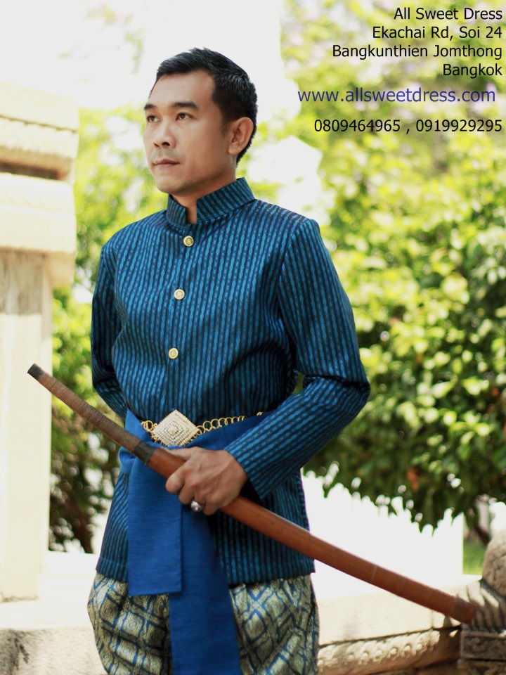 บุพเพสันนิวาสหรือจะสู้ท่านหมื่นหาญบัญชาเมียของเราได้ นายแบบเท่ห์สุดๆ ในชุดผ้าไทยโบราณสีน้ำเงินดิ้นฟ้ากับโจงกระเบนสีฟ้าสวยหรูของร้านเช่าชุดไทย allsweetdress ฝั่งธน ที่ถ่ายด้วยฝีมือของเจ้าของร้านเองล้วนๆ