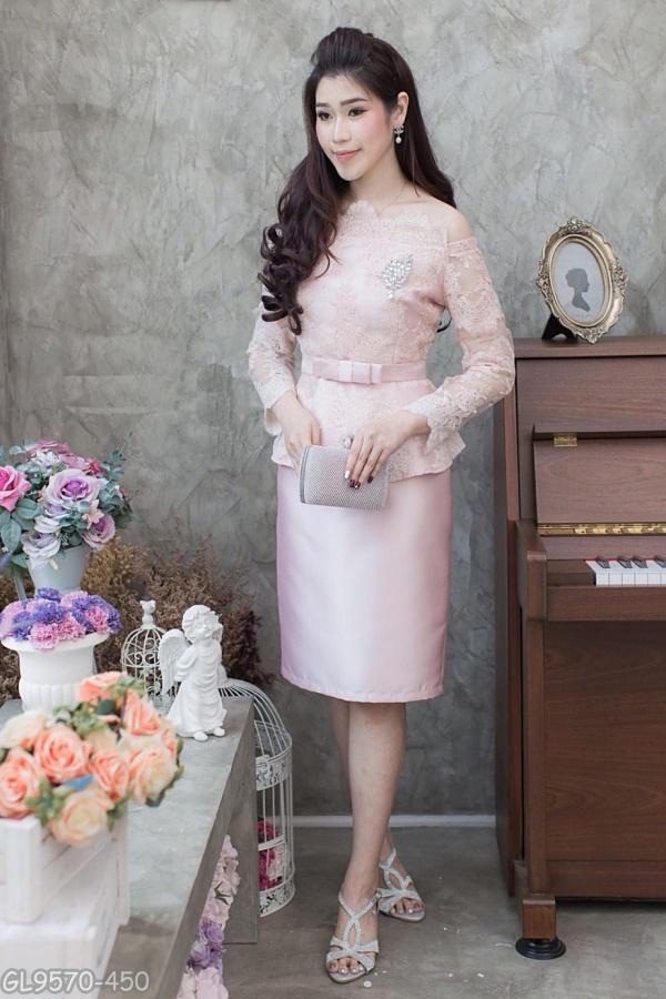 (Size 2XL) ชุดไปงานแต่งงาน ชุดไปงานแต่งสีชมพู Set เสื้อเปิดไหล่ผ้าไหม สีเทา แต่งลูกไม้แขนยาวเอวระบาย มาพร้อมกับกระโปรงผ้าไหมสีพื้นอย่างดี