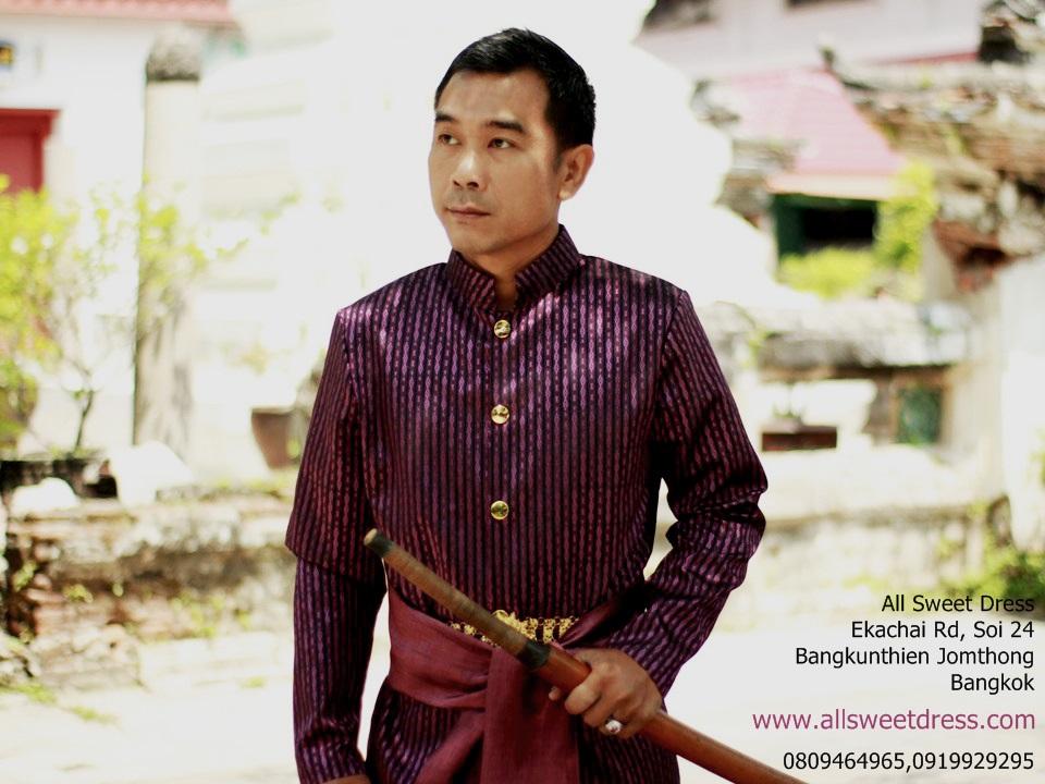 บุพเพสันนิวาส ท่านหมื่นในชุดไทยโบราณผู้ชายแบบดั้งเดิมตัดเย็บด้วยผ้าไทยโทนสีม่วงเข้ม ให้อารมณ์สวยหรู ดูแพง โดยชุดสีม่วงแสดงถึงความร่ำรวยในสมัยก่อนทีเดียว นายแบบของ allsweetdress ในบรรยากาศวัดราชโอรสจึงออกมาเท่ห์สุดๆ