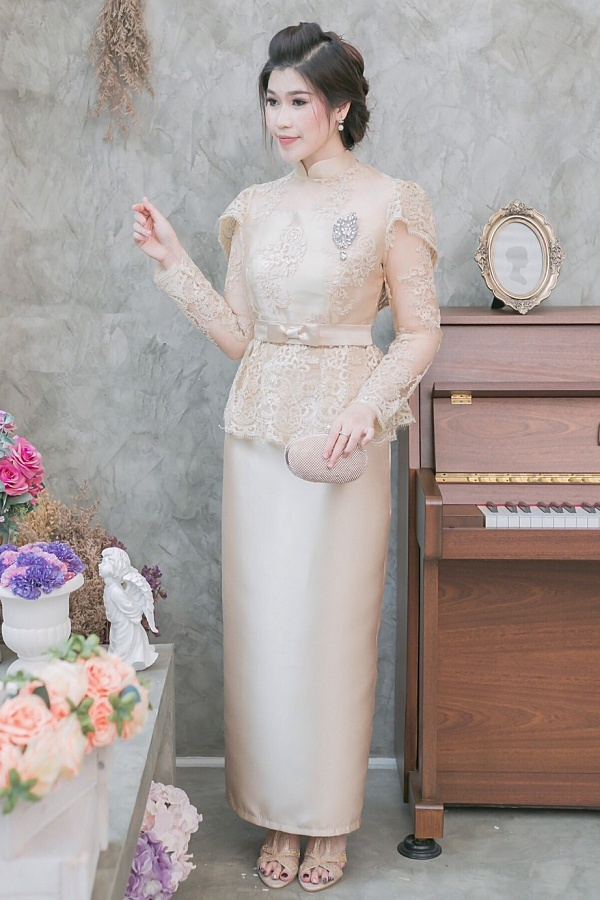 (Size M,L,XL,2XL) ชุดแม่เจ้าสาว ชุดแม่เจ้าบ่าว ชุดไปงานบุญงานบวชสีทอง Set เสื้อผ้าไหมแต่งลูกไม้เอวระบาย มาพร้อมกระโปรงผ้าไหมสีพื้นเกรดพรีเมี่ยม ตัดเป็นทรงสอบผ่าหลังผ้าสวยมากๆคะ