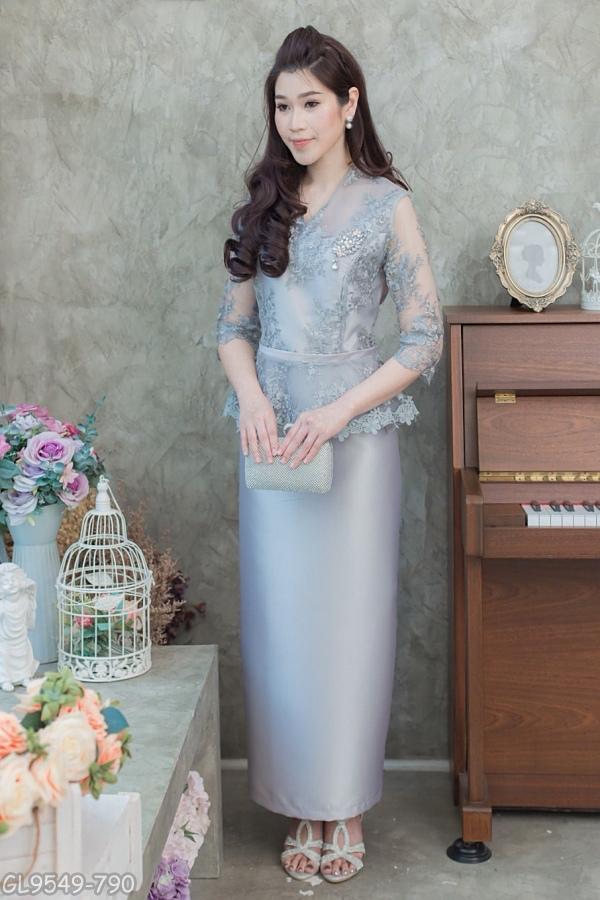 (Size M,L,XL,2XL,3XL,4XL,5XL) ชุดแม่เจ้าสาว ชุดแม่เจ้าบ่าว ชุดไปงานบุญงานบวชสีเทา Set เสื้อลูกไม้คอวี เอวระบาย มาพร้อมกระโปรงผ้าไหมอย่างดีสีพื้นทรงสอบผ้าสวยมากๆคะ