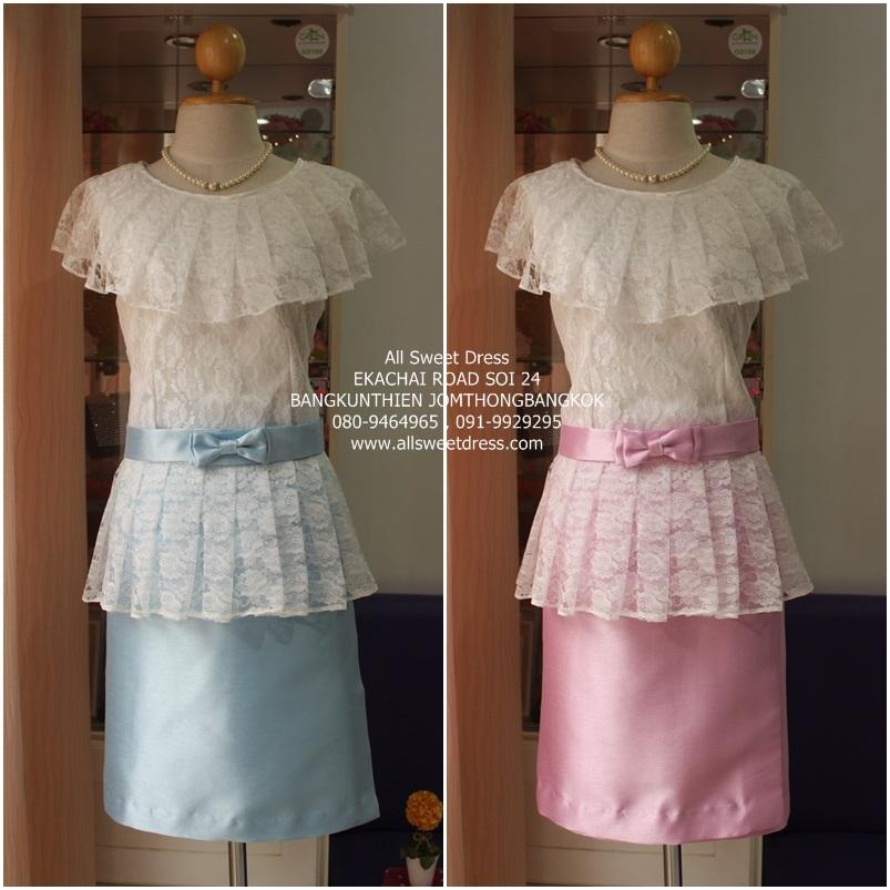 ชุดไทยแบบดั้งเดิม เสื้อลูกไม้ปกไหล่ปิดต้นแขน สวยน่ารักพร้อมผ้าถุงสั้นไหมอิตาลีแบบหรูหราในโทนสีชมพูและสีฟ้า รหัส AST02S ของร้านเช่าชุดราตรี allsweetdress ที่สั่งตัดโดยเฉพาะใช้เป็นเพื่อนเจ้าสาวงานพิธีเช้า พร้อมเครื่องประดับชุดไทยสวยๆ ให้ยืมฟรีครบเซทในราคาย่อมเยา
