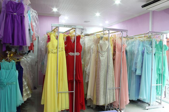 ภาพภายในร้านเช่าชุดราตรี All Sweet Dress ย่านฝั่งธนที่มีชุดราตรีไว้ให้บริการมากกว่า 800 ชุดทั้งชุดราตรีสั้น และชุดราตรียาวหลากหลายสไตล์ พร้อมแอร์คอนดิชั่นขนาด 30,000 BTU ไว้ให้ลูกค้าลองชุดได้อย่างเย็นสบาย