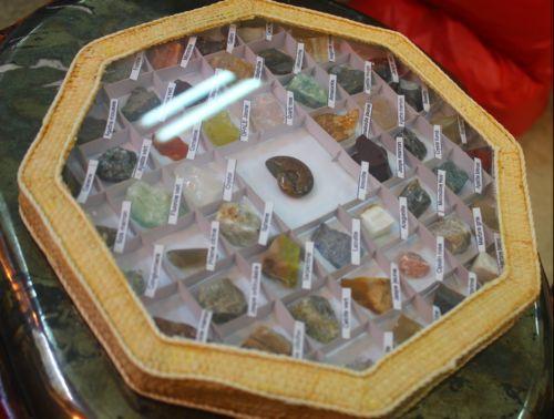 ชุดหินธรรมชาติ 49 ชนิดในกรอบแปดเหลี่ยม