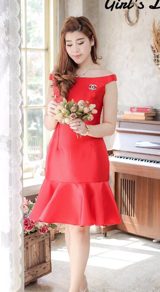 (Size M )ชุดไปงานแต่งงาน ชุดไปงานแต่ง เดรสผ้าไหมสีแดง มีดีเทลที่ชายกระโปรงแต่งระบายชาย คัตติ้งเป๊ะ งานดีเนี๊ยบสุด ๆ มีซับในทั้งตัวนะจะใส่ออกมาแล้วเป็นทรงสวยมาก ๆ