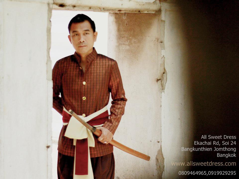 ชุดไทยผู้ชายให้เช่าแบบละครบุพเพสันนิวาส ของ allsweetdress ตัวจริงย่านฝั่งธนใช้นายแบบถ่ายให้ชมระดับมืออาชีพ จัดพร๊อพผ้าคาดโจงกระเบนเข้าชุด สวยหรู เข้มดุ นุ่มลึกและดูแพงมากๆ