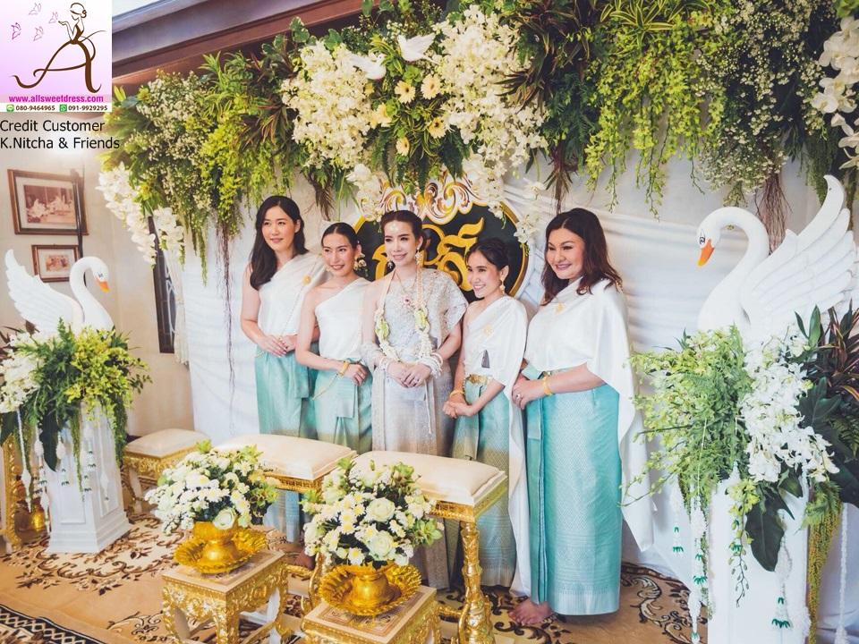 จัดเซทถ่ายพร้อมเพรียงกับแบล็คดรอปสวยๆ ในพิธีเช้าด้วยชุดไทยเพื่อนเจ้าสาวโทนสีขาวเขียวสวยงามของ allsweetdress ฝั่งธน