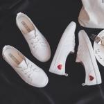 DD&OO รองเท้าผ้าใบหนังนิ่ม ลายหัวใจด้านข้าง น่ารักมาก (สินค้าพร้อมส่ง)