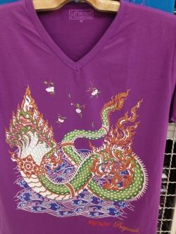 เสื้อคอวี ลายพญานาค มีหลากหลายสี ซักเครื่องได้ เนื้อผ้านุ่มใส่สบาย ปลีกและส่ง