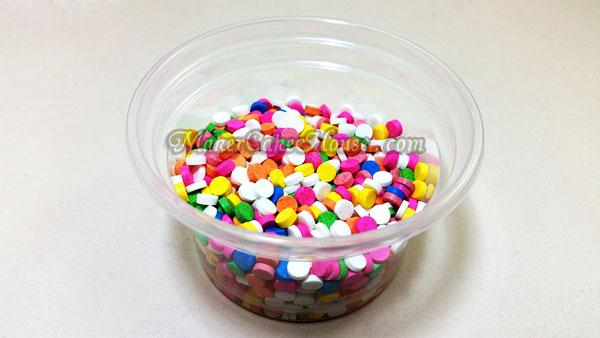 น้ำตาลไอซิ่งแบบเม็ดคละสี