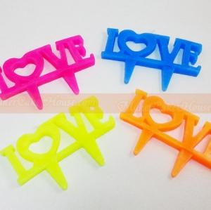 """เทียนปักหน้าเค้กบอกรัก """"LOVE"""""""